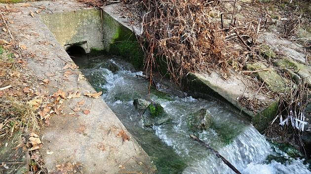 Výpusť kanálu vedoucího do valašskomeziříčské části Juřinka z bývalého areálů Tesly Rožnov, ze kterého do řeky Bečvy opakovaně unikly chemikálie; středa 2. prosince 2020
