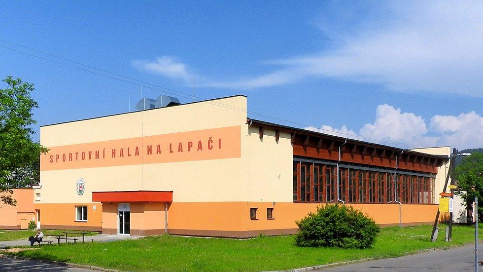 Sportovní hala Na Lapači ve Vsetíně se proměnila v očkovací centrum.