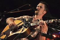 Americký kytarista a zpěvák Jonathan Maness s kapelou Cauldron Mountain vystupuje na country festivalu Starý dobrý western v Bystřičce na Vsetínsku (srpen 2011) – Ilustrační foto.