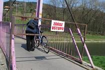 Oblíbená houpací lávka ve vsetínských Lázkách bude několik týdnů uzavřena kvůli závadě na nosné konstrukci