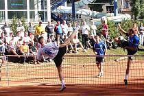 Nohejbalisté Vsetína (moderé dresy) zvládli druhý i třetí zápas série s Českým Brodem a v poslední možné chvíli zachránili extraligu.