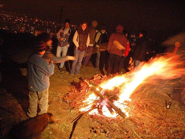 Loňský večer strážních ohňů poznamenalo špatné počasí, přesto se kolem vater sešly desítky lidí.