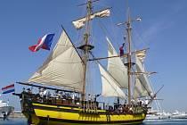 Druhé narozeniny si česká replika staré pirátské lodě La Grace připomíná jinak, než by si její tvůrci a příznivci přáli. Šestadvacátého října ji vážně poškodil náraz na mělčinu nedaleko španělského pobřeží.