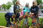Děti z Poličné odvazují pestrobarevné stužky, jež zdobily tradiční májku na návsi; sobota 30. května 2020