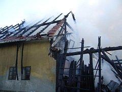 V Brankách došlo k rozsáhlému požáru stodoly a střechy vedle stojícího rodinného domu.