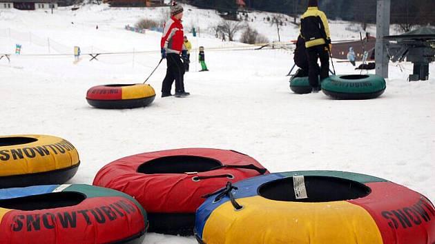 Snowtubing čili jízda na gumovém člunu ve sněhovém korytě je vhodný pro všechny věkové kategorie.
