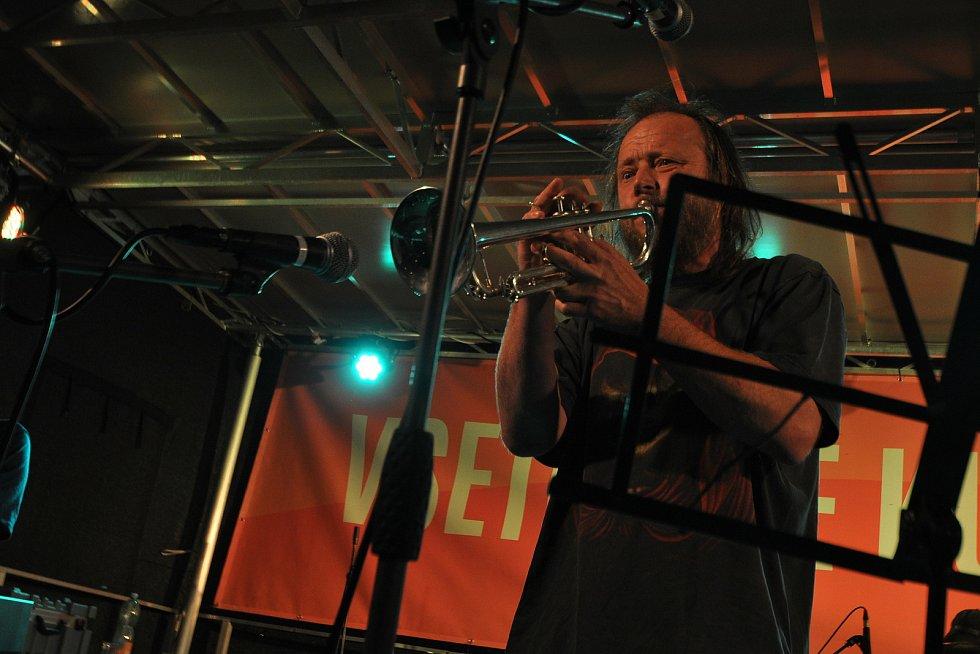 Vsetínská kapela Ležérně a vleže koncertuje v pátek 23. července 2021 na benefičním festivalu Vsetín hraje Jižní Moravě na Dolním náměstí ve Vsetíně.
