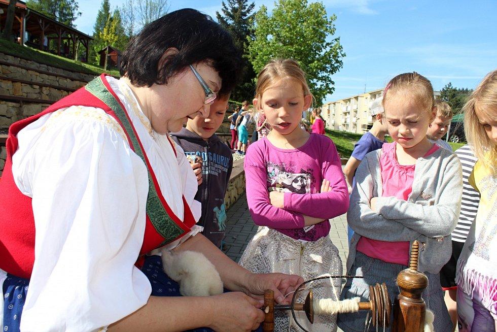 Děti ze Základní školy Rokytnice a dalších škol ve Vsetíně si ve čtvrtek 18. května užívaly na zahradě rokytnické školy Farmářského dne.