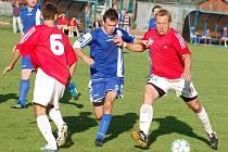 V zápase 1. B třídy Hrachovec (červené dresy) vedl nad Horní Lidčí už 4:1, zápas však skončil remízou 4:4.