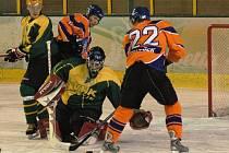 Hokejisté Vsetína (žluté dresy).