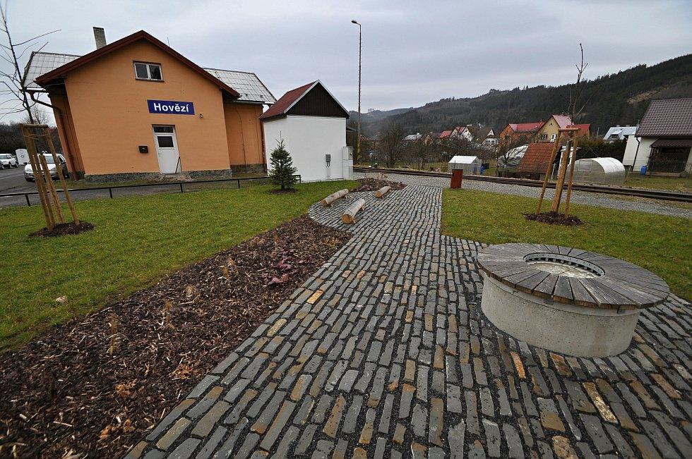 Hovězí - plocha u vlakové zastávky v Hovězí se v roce 2020 po nezbytných úpravách proměnila v příjemný malý parčík.