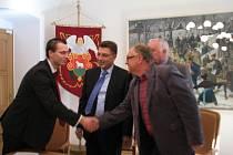 Zástupci Mikroregionu Vsetínsko (Jaromír Kudlík a Josef Daněk) podepsali v úterý se zástupci České spořitelny (Jan Heger a Martin Pajtl) smlouvu o poskytnutí úvěru na projekt Čistá řeka Bečva II.