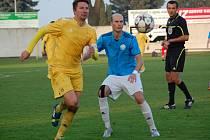Fotbalisté Velkých Karlovic+Karolinky (žluté dresy) prohráli na hřišti posledních Určic.