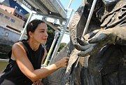 Restaurátorka Eva Machalová instaluje zlatou berlu do rukou sochy svatého Valentina na opravovaném mostě přes Rožnovskou Bečvu ve Valašském Meziříčí; čtvrtek 23. srpna 2018