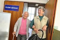 Nejstarší obyvatelka Zlínského kraje Vlastimila Češková (vlevo), která letos oslavila 108. narozeniny, přišla v předčasných parlamentních volbách odevzdat hlas jako úplně první z obyvatel Jarcové.