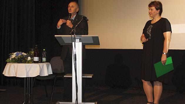 Odborná konference Vsetínské nemocnice na téma Moderní trendy v hojení ran se uskutečnila ve čtvrtek 4. října 2018 v kině Vatra ve Vsetíně. Významným hostem konference byl profesor Luboš Sobotka (na snímku s další přednášející Vladimírou Rohlíkovou z Chir