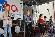 Oslavit 90 let Masarykova gymnázia přišly stovky studentů, absolventů i kantorů. Prohlédli si školu, vzpomínali na studentská léta a bavili se kulturním programem. Úspěch sklidila mladá kapela Docela.