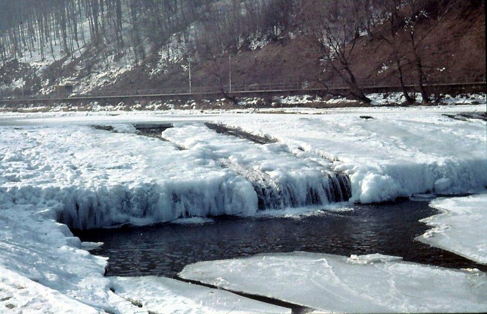 Vsetín, zamrzlá řeka Bečva u splavu, místní část Ohrada, 80. léta.