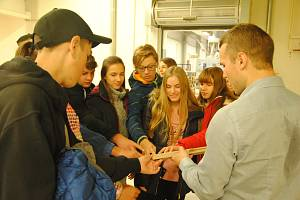 Žáci valašskomeziříčských základních škol při návštěvě nábytkářské firmy Jelínek ve Valašském Meziříčí. Exkurze byla součástí Technického jarmarku pořádaného Krajskou hospodářskou komorou Zlínského kraje.