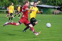 V 1. A třídě fotbalisté Podlesí (žluté dresy) doma prohráli s Brumovem B 2:3.