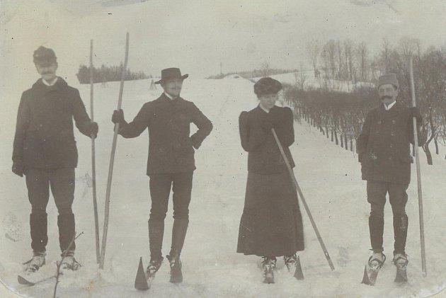 Valašští lyžaři roku 1910.Původně se jezdilo sjednou dlouhou holí, která se používala také kbrzdění (jezdilo se na ní vposedu).