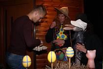 Velikonoční koledníky většina lidí očekává v pondělí ráno. V Lužné chodí už v neděli večer. Dodržuje se tam tradice zvaná Dudlačka.