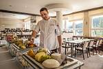 Šéfkuchař Josef Tydlačka servíruje v sobotu 18. května 2019 ve Spa hotelu Lanterna ve Velkých Karlovicích vzorky sýrů přihlášených do 9. ročníku soutěže O nejlepší valašský sýr.