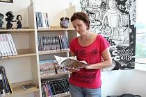 Knihovnice Ludmila Holbiková s jedním z komiksů.