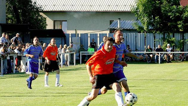 Fotbalisté Zašové (modré dresy) se poprvé představili v domácím prostředí a po boji zdolali nováčka z Jablůnky 1:0.