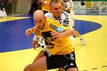 Házenkáři Zubří (žluté dresy) ve 3. kole extraligy porazili Karvinou 23:22. Na snímku zuberská spojka Michal Dědek.