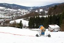 Zašlou slávu lyžařského areálu chtějí obnovit v Lužné. Na letošní sezonu pořídili sněžné dělo a rolbu.