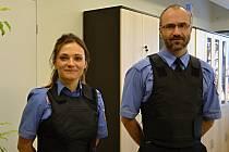Městští strážníci ve Valašském Meziříčí získali nové moderní prvky výstroje. Pořídili si například neprůstřelné vesty, detektory na drogy či minikamery.
