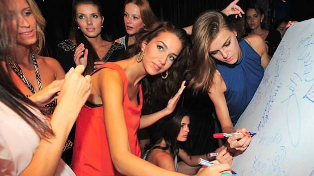 Dívky si v Thajsku užívaly také první doušky popularity. Nikola Petruželová je na snímku uprostřed.