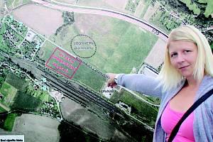 Odpůrkyně výstavby Jana Veselá upozorňuje na fakt, že by areál vyrostl pouhých 140 metrů od obytné zóny, a tedy i od jejího domu.