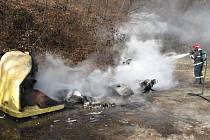Požár kontenerů na tříděný odpad v Zubří na Rožnovsku; neděle 7. února 2016.
