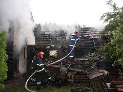 Požár se z dílny šířil na dům. Škoda šplhá ke dvěma milionům