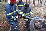 Tragická nehoda v Prostřední Bečvě: převrácený traktor usmrtil muže.