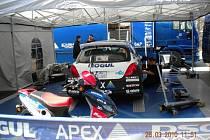 Valašská rally 2010: Servisní zóna pár hodin před startem, tým Romana Kresty, jednoho z favoritů soutěže.