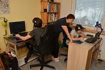 Sourozenci Helisovi se učí on-line oba v jednom pokoji. Jako každý den i 10.2.2021 se připojili do výuky. Mojmír chodí do čtvrté, Jan do osmé třídy. Nad výukou dohlíží maminka Jitka.