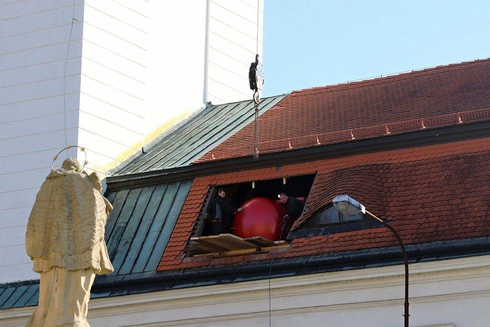 Pracovníci sjednané firmy instalují pod střechu zámku ve Vsetíně nádrž na vodu. Bude součástí moderního protipožárního systému, který při hašení ohně používá vodní mlhu; úterý 20. října 2020