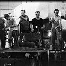 Dalším významným průmyslovým odvětvím bylo sklářství. Vsetínské sklárny, pro obyvatele Vsetína prostě jen huť, kde pracovaly celé generace Vsetíňáků. Zpočátku vyráběla huť obyčejné užitkové a tabulové sklo, později se specializovala na pivní půllitry, var
