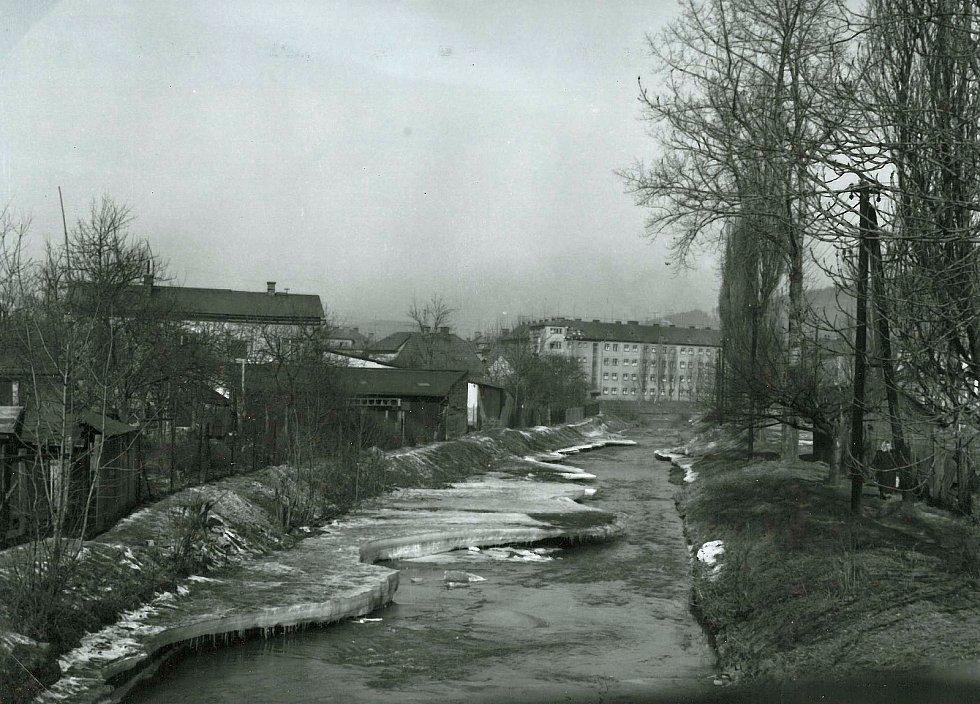 Vrstva ledu na Jasenickém potoku před vtokem do Bečvy po zimě v březnu 1963