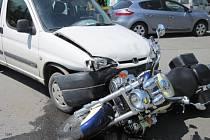 V péči zdravotníků skončila dnes (29. 05.) krátce před polednem spolujezdkyně motorkáře