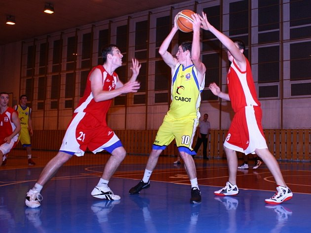Junioři Meziříčí U19 (žluté dresy) porazili Kroměříž i Kyjov.