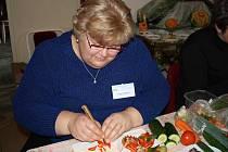 Marie Paprstkářová se dekorativnímu vyřezávání věnuje už celých deset let.