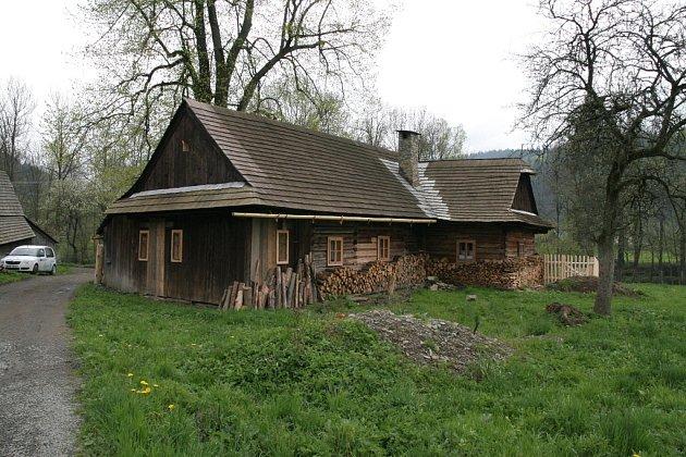 Na rozcestí Léskové - Podťaté u soutoku Bečvy a Podťatenského potoka stojí hospodářská usedlost z roku 1841