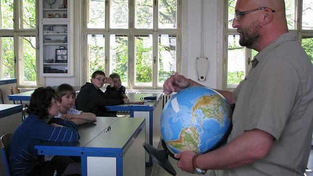 Základní škola Šafaříkova ve Valašském Meziříčí se přřipojila do projektu Rodiče do škol. O praktickém uplatnění matematiky žákům vyprávěl jachtař Martin Orság.
