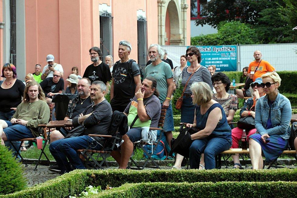Diváci sledují koncert hudebního tria Vladimír Merta & Jan Hrubý & Ondřej Fencl na I. nádvoří zámku Žerotínů ve Valašském Meziříčí na 39. ročníku folk-blues-beat festivalu Valašský špalíček; sobota 26. června 2021