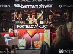 Během týdenního kurzu, který si barmani z přední barmanské skupiny Barmani Zlín připravili pro žáky SOŠ Josefa Sousedíka ve Vsetíně, se studenti naučí míchat na 40 drinků. Lektory jsou profesionální barmani Jakub Orel a Adam Navrátil.