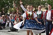 Tanečníci a muzikanti vsetínských folklorních souborů Vsacan a Vsacánek na Dolním náměstí ve Vsetíně v pořadu Dostaveníčko pod májkou, jehož součástí je tradiční stavění máje.